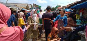 Bersama Relawan Bersinar, Nessy Mustafa Bagikan Ribuan Masker Dan Hand Sanitizer Di Rumbia, Gaya Baru Dan Seputih Surabaya