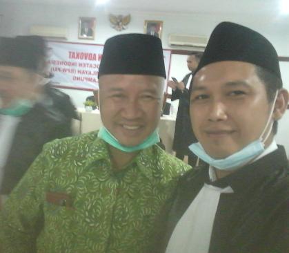 Ketua Dewan Pembina BPP PAI Drs. Mukhlis Basri berfoto selfie bersama Fajar Arifin, CEO Senator Media Group usai dilantik jadi advokat