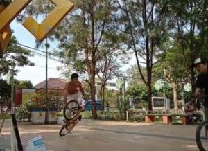 Liburan di Kota Metro. Santuy, Sambil Liatin Anak Sepeda BMX Lampung Latihan