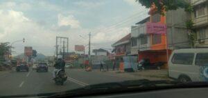 Terbakar! Satu Sepeda Motor Terbakar di Pertigaan Lampu Merah Sukabumi Bandar Lampung. Beruntung Suami, Isteri dan Anak Selamat