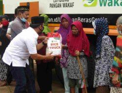 Wahrul Fauzi dan ACT Bagi-Bagi Beras Gratis