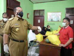 Gubernur Lampung Bagikan Paket Sembako ke Masyarakat Bandar Lampung